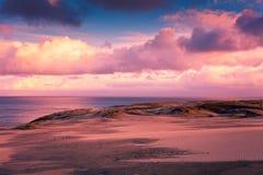 Ηλιοβασίλεμα πέρα από τον αμμόλοφο Parnidis Στοκ εικόνα με δικαίωμα ελεύθερης χρήσης