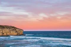 Ηλιοβασίλεμα πέρα από τον απότομο βράχο στο νησί καγκουρό στοκ εικόνα