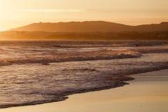 Ηλιοβασίλεμα πέρα από τον Ατλαντικό Ωκεανό από την ακτή της Πορτογαλίας Στοκ φωτογραφία με δικαίωμα ελεύθερης χρήσης