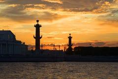 Ηλιοβασίλεμα πέρα από τον οβελό του νησιού Vasilyevsky νύχτα Πετρούπολη ST Στοκ εικόνα με δικαίωμα ελεύθερης χρήσης