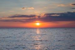 Ηλιοβασίλεμα πέρα από τον ορίζοντα ακτών Στοκ Εικόνα