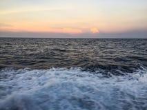 Ηλιοβασίλεμα πέρα από τον ορίζοντα του ωκεανού Στοκ Εικόνες