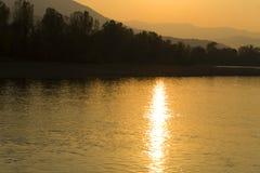 Ηλιοβασίλεμα πέρα από τον ποταμό Στοκ Εικόνες