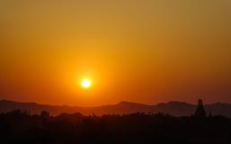 Ηλιοβασίλεμα πέρα από τους βουδιστικούς ναούς στο Μιανμάρ Στοκ Φωτογραφία