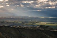Ηλιοβασίλεμα πέρα από τους κυλώντας λόφους στοκ εικόνες
