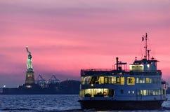 Ηλιοβασίλεμα πέρα από το άγαλμα της ελευθερίας Στοκ Εικόνα