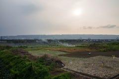 Ηλιοβασίλεμα πέρα από το αγρόκτημα στοκ εικόνα