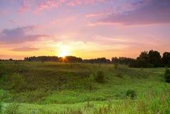 Ηλιοβασίλεμα πέρα από το δασικό πράσινο ηλιοβασίλεμα φαραγγιών λιβαδιών Στοκ Φωτογραφίες