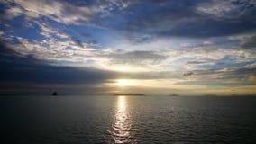 Ηλιοβασίλεμα πέρα από το βρόχο θάλασσας απόθεμα βίντεο