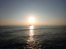 Ηλιοβασίλεμα πέρα από το Ειρηνικό Ωκεανό με το φως που απεικονίζει στο νερό και Στοκ εικόνα με δικαίωμα ελεύθερης χρήσης