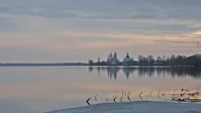 Ηλιοβασίλεμα πέρα από το μοναστήρι spaso-Yakovlevsky απόθεμα βίντεο