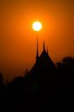 Ηλιοβασίλεμα πέρα από το ναό, Ταϊλάνδη Στοκ εικόνες με δικαίωμα ελεύθερης χρήσης