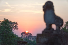 Ηλιοβασίλεμα πέρα από το ναό Bakong, Καμπότζη Στοκ εικόνες με δικαίωμα ελεύθερης χρήσης