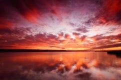 Ηλιοβασίλεμα πέρα από το νερό Στοκ εικόνα με δικαίωμα ελεύθερης χρήσης