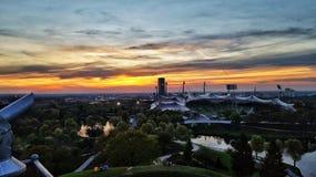 ηλιοβασίλεμα πέρα από το ολυμπιακό στάδιο Στοκ εικόνα με δικαίωμα ελεύθερης χρήσης