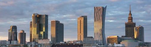 Ηλιοβασίλεμα πέρα από το πανόραμα πόλεων της Βαρσοβίας Στοκ Εικόνες