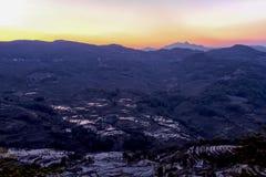 Ηλιοβασίλεμα πέρα από το πεζούλι ρυζιού σε Yuanyang, Yunnan, Κίνα Στοκ εικόνες με δικαίωμα ελεύθερης χρήσης