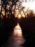 Ηλιοβασίλεμα πέρα από το ρεύμα στοκ εικόνες
