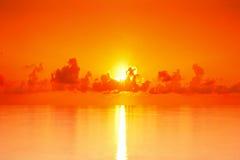Ηλιοβασίλεμα πέρα από το τροπικό νησί Μαλδίβες θάλασσας τοπίων αυγής θάλασσας Στοκ φωτογραφία με δικαίωμα ελεύθερης χρήσης