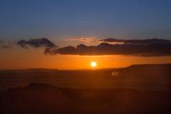 Ηλιοβασίλεμα πέρα από το υποστήριγμα Egmond στη Νέα Ζηλανδία Στοκ Φωτογραφίες