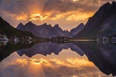 Ηλιοβασίλεμα πέρα από το φιορδ στη Νορβηγία Στοκ φωτογραφίες με δικαίωμα ελεύθερης χρήσης