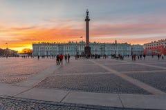 Ηλιοβασίλεμα πέρα από το χειμερινό παλάτι, Αγία Πετρούπολη Στοκ Φωτογραφία