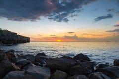 Ηλιοβασίλεμα πέρα από το δύσκολο seacoast φυσικό τοπίο Στοκ Εικόνες