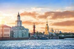 Ηλιοβασίλεμα πέρα από το Neva στοκ φωτογραφίες με δικαίωμα ελεύθερης χρήσης