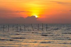 Ηλιοβασίλεμα πέρα από seacoast Στοκ Εικόνα