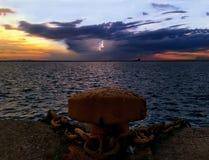Ηλιοβασίλεμα πίσω από την πρόσδεση στοκ φωτογραφία