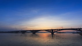 Ηλιοβασίλεμα πίσω από τη γέφυρα απόθεμα βίντεο