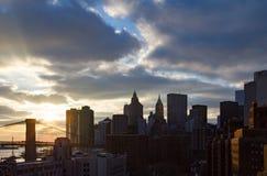 Ηλιοβασίλεμα πίσω από τον ορίζοντα πόλεων της Νέας Υόρκης στο σούρουπο Στοκ φωτογραφία με δικαίωμα ελεύθερης χρήσης