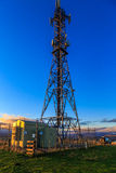 Ηλιοβασίλεμα πίσω από τον πύργο τηλεπικοινωνιών Στοκ Φωτογραφίες