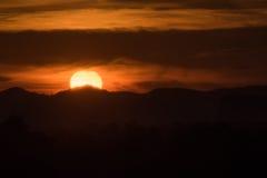Ηλιοβασίλεμα πίσω από το βουνό και το σύννεφο Στοκ εικόνες με δικαίωμα ελεύθερης χρήσης