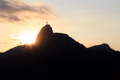 Ηλιοβασίλεμα πίσω από το βουνό Corcovado Χριστός ο απελευθερωτής, Ρίο de Ja Στοκ Φωτογραφίες