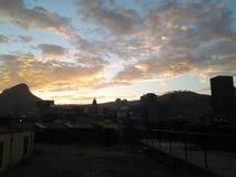 Ηλιοβασίλεμα πίσω από το κεφάλι λιονταριών Στοκ Εικόνες