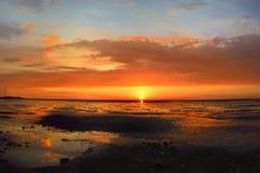 Ηλιοβασίλεμα παραλιών με το ζωηρόχρωμο σύννεφο Στοκ φωτογραφίες με δικαίωμα ελεύθερης χρήσης