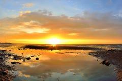 Ηλιοβασίλεμα παραλιών με το ζωηρόχρωμο σύννεφο Στοκ εικόνες με δικαίωμα ελεύθερης χρήσης