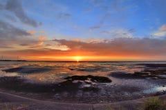 Ηλιοβασίλεμα παραλιών με το ζωηρόχρωμο σύννεφο Στοκ Εικόνα