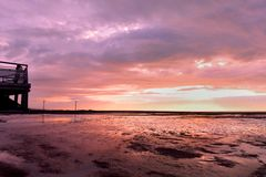 Ηλιοβασίλεμα παραλιών με το ζωηρόχρωμο σύννεφο Στοκ εικόνα με δικαίωμα ελεύθερης χρήσης