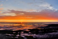 Ηλιοβασίλεμα παραλιών με το ζωηρόχρωμο σύννεφο Στοκ Φωτογραφίες