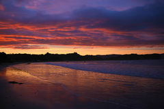 Ηλιοβασίλεμα που απεικονίζεται ζωηρόχρωμο στο νερό Στοκ εικόνες με δικαίωμα ελεύθερης χρήσης