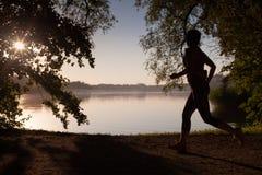 Ηλιοβασίλεμα που ξοδεύει το τρέξιμο γυναικών στοκ εικόνα
