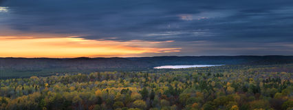 Ηλιοβασίλεμα πτώσης στην αγριότητα Στοκ Φωτογραφίες
