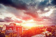 Ηλιοβασίλεμα πόλεων, παλαιά κωμόπολη της Αγία Πετρούπολης, άποψη από τη στέγη, το όμορφη τοπίο πόλεων ή τη εικονική παράσταση πόλ Στοκ Εικόνες