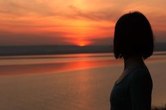 Ηλιοβασίλεμα ρολογιών κοριτσιών Στοκ Εικόνες