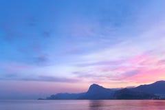 Ηλιοβασίλεμα σε ένα υπόβαθρο των βουνών Στοκ Φωτογραφίες