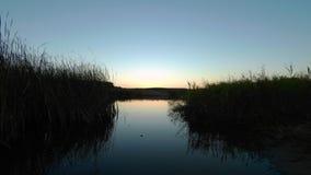 Ηλιοβασίλεμα σε ένα lakeshore απόθεμα βίντεο