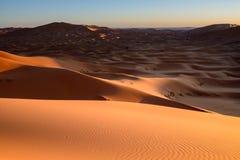 Ηλιοβασίλεμα σε μια έρημο άμμου με τους αμμόλοφους σε Marocco, Αφρική Στοκ φωτογραφία με δικαίωμα ελεύθερης χρήσης