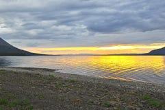Ηλιοβασίλεμα σε μια λίμνη στη Σιβηρία στοκ εικόνες